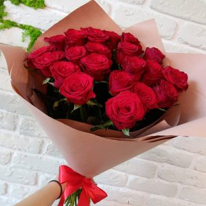 фото вручения букета 21 красная роза
