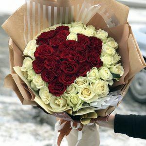 букет 51 роза в форме сердца фото