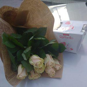 подарок 7 белых роз с конфетами