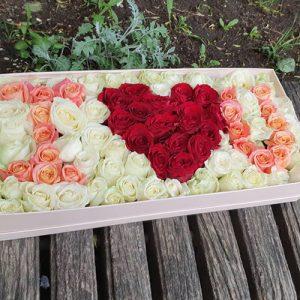 большой букет роз в коробке в форме I love You для любимой